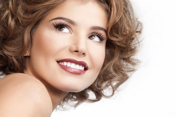 белоснежная улыбка девушки