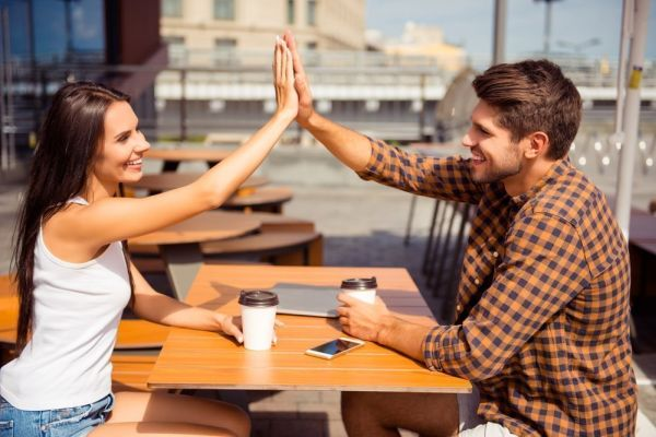девушка общается с парнем