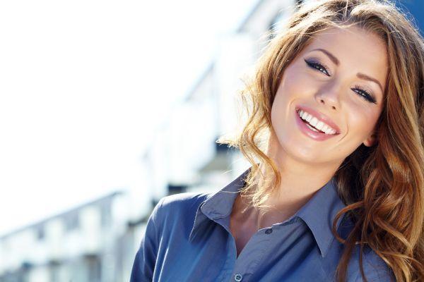 открытая улыбка с зубами