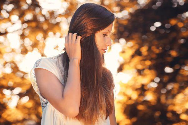 девушка с распущенными волосами