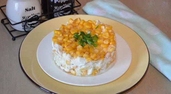 салат из вареной курицы с ананасами и консервированной кукурузой