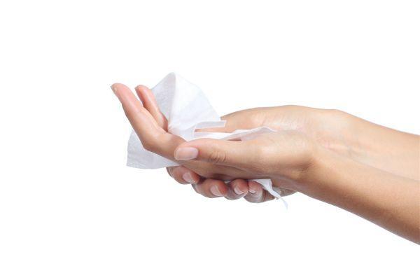 протирание рук салфеткой