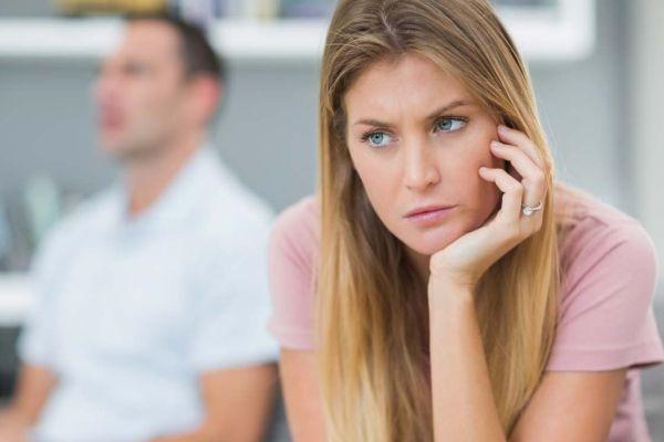 женщина игнорирует мужчину