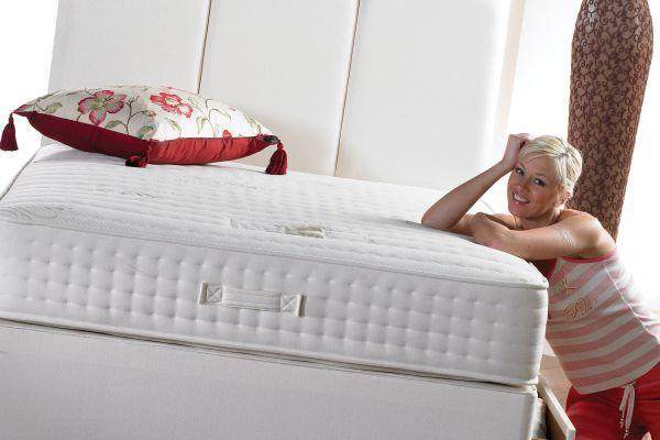девушка возле кровати