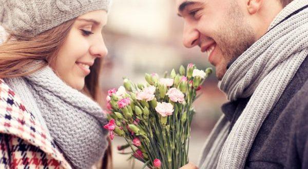 парень дарит девушке цветы