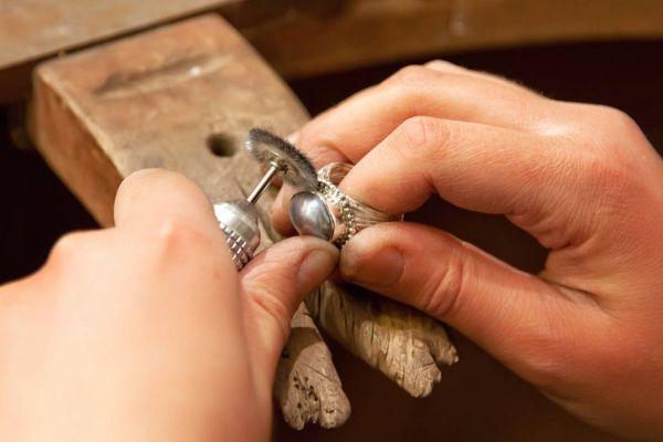 очистка кольца в мастерской