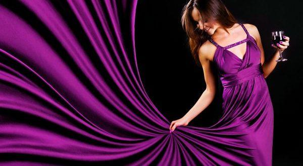 фиолетовое платье у девушки