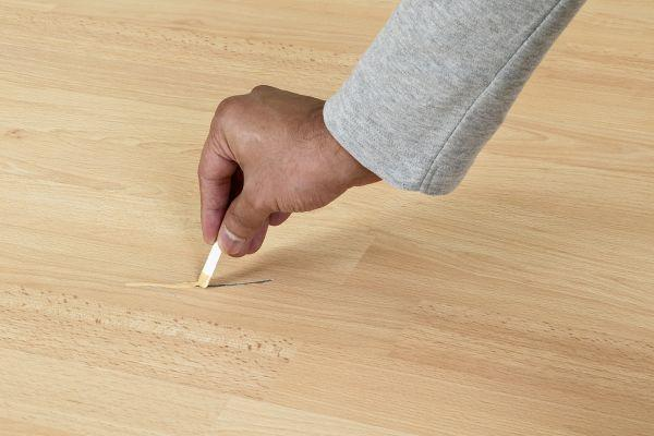 заделывание царапины на полу