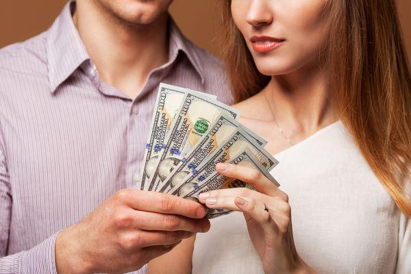 женщина берет деньги у мужчины
