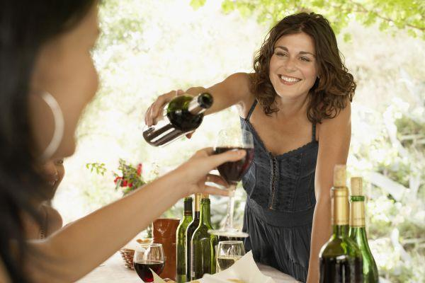 подруги пьют вино