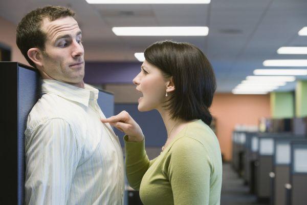женщина критикует мужчину