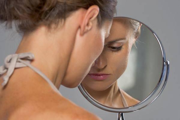 девушка перед зеркалом