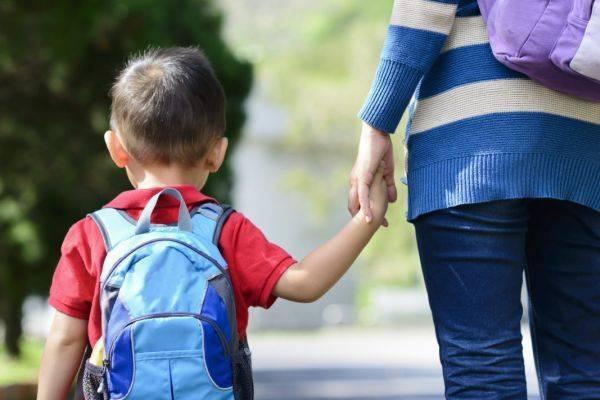 мама ведет сына в школу