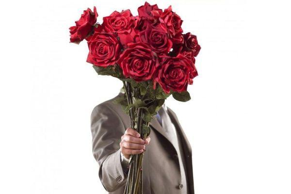 мужчина дарит розы