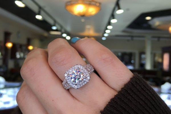 массивное кольцо на руке