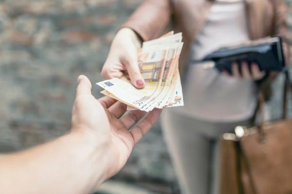 женщина дает деньги мужчине
