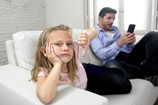 мужчина игнорирует ребенка