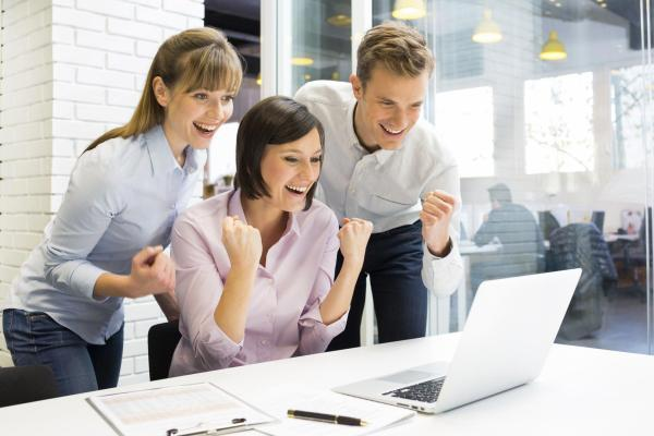 радостные офисные работники