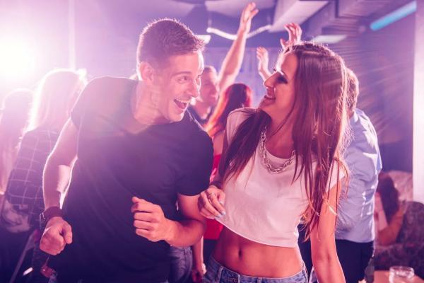 парень с девушкой в клубе