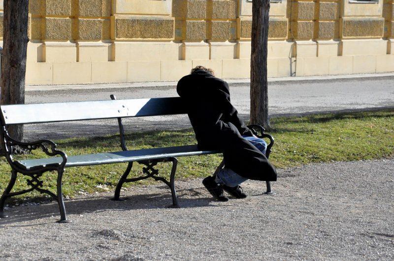 человек на скамейке
